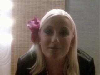Blondes Mädchen pisst in eine Schale