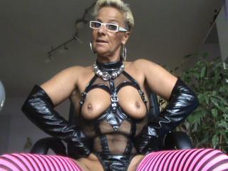 Domina pisst ihren Sex Sklaven an