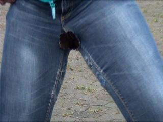 Luder pisst sich in die Jeans - Geiler Pissfilm